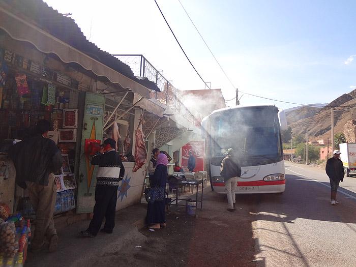Zdjęcie z przystanku autobusowego Supratour w Taddert w górach Atlasu Wysokiego w drodze do Marrakeszu