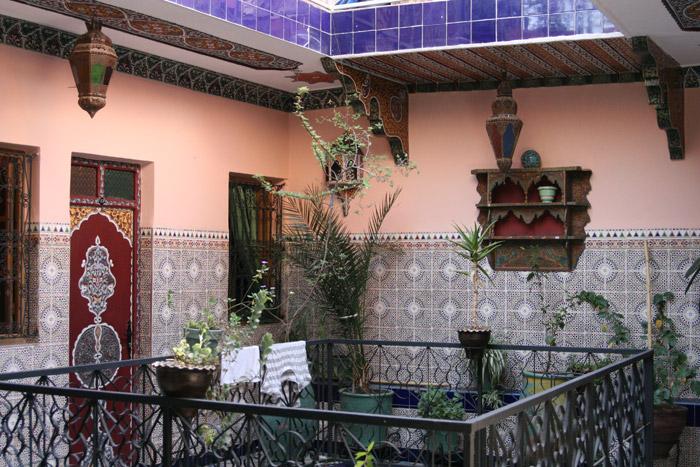 Zdjęcie wewnętrznego patio w hotelu Medina, tani hotel w Marrakeszu