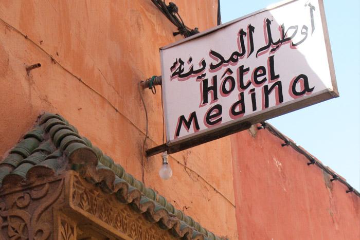 Zdjęcie szyldu nad drzwiami Hotel Medina w Marrakeszu