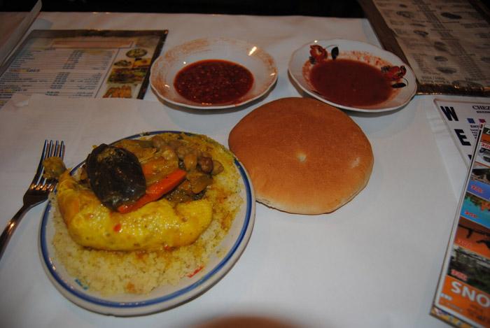 Zdjęcie pełnego posiłku w Marrakeszu na głównym placu Dżemaa el-Fna