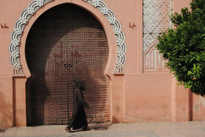Zdjęcia architektury w Marrakeszu, piękne drzwi na ulicach suku