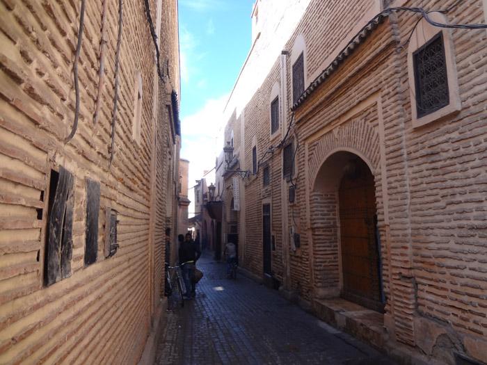 Zdjęcie ulicy Souk Ahl Fes w dzielnicy Rahba Kdima w starej medynie Marrakeszu