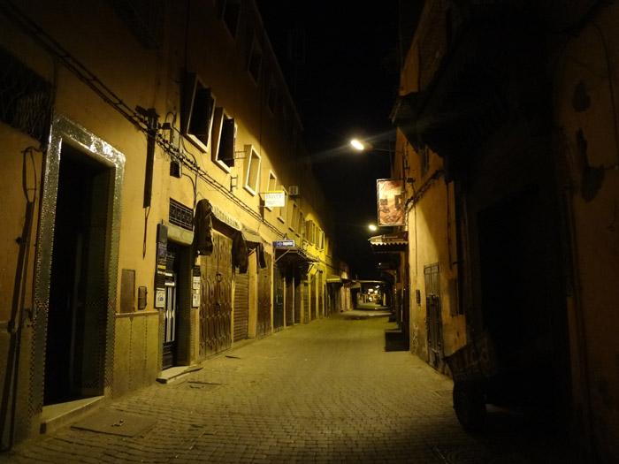 Zdjęcie ulicy w starej medynie Marrakeszu w nocy