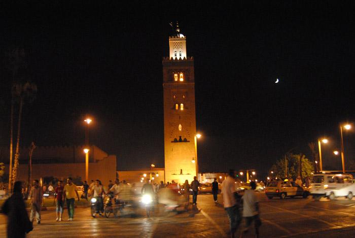 Zdjęcie świateł minaretu Meczetu Koutoubia w nocy w Marrakeszu