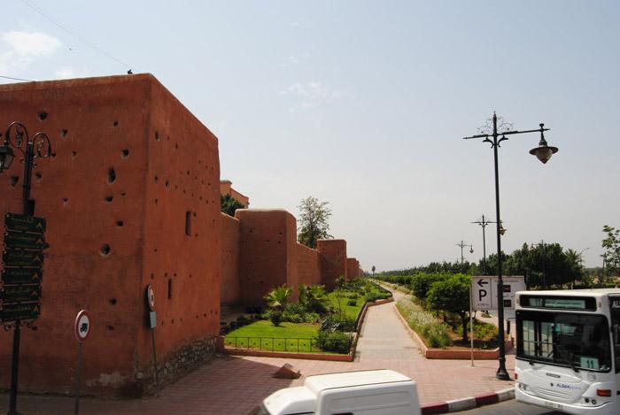 Zdjęcie w drodze do centrum miasta - ściany zamku w Marrakeszu