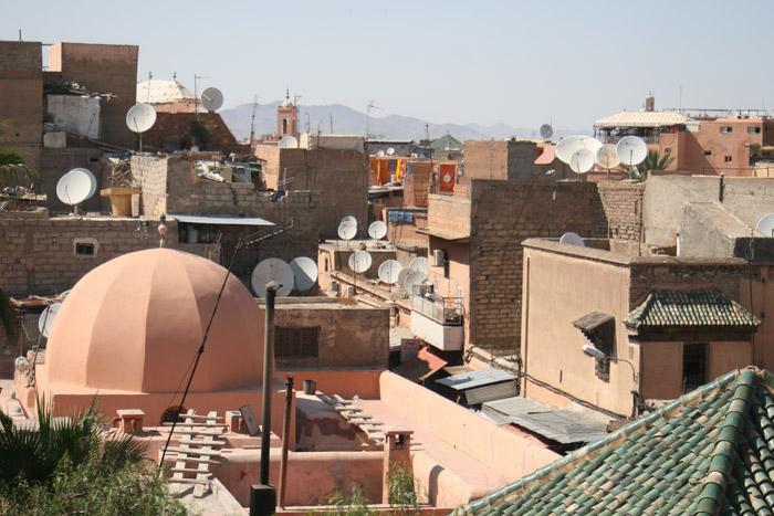 Zdjęcie panoramy dachów w Marrakeszu w dzielnicy Riad Zitou Kedim