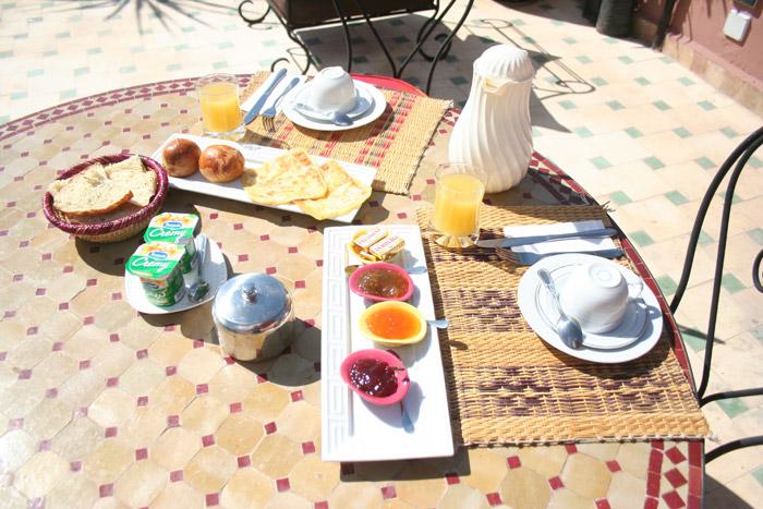 Zdjęcie śniadania na tarasie w Riadzie w Marakeszu