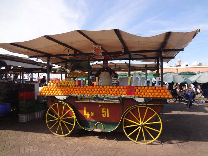 Zdjęcie ulicznego sprzedawcy soku pomarańczowego na głównego placu Dżemaa el-Fna w Marrakeszu Maroko