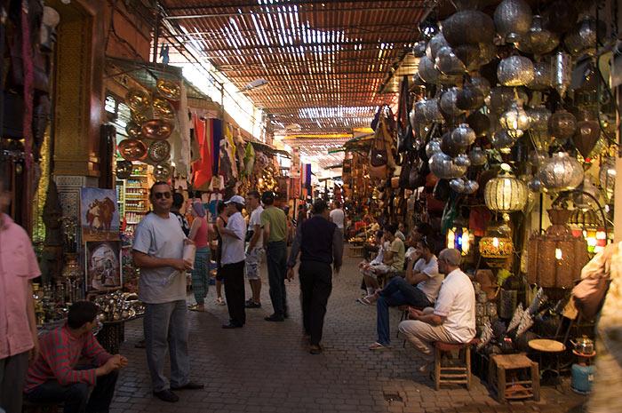Zdjęcie wewnątrz suku w Marrakeszu w starej medynie miasta