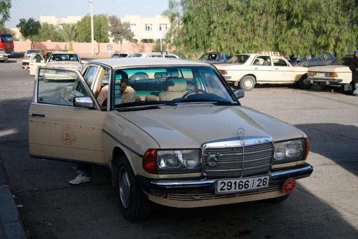 Zdjęcie mercedesa Grand Taxi na postoju taksówek w Ouarzazate