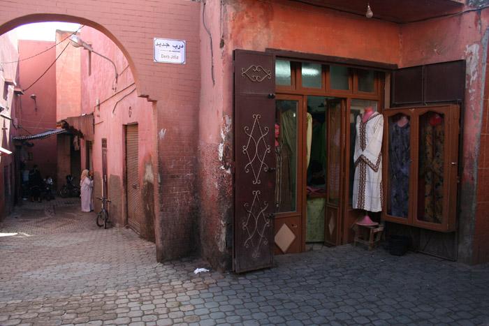 Zdjęcie sklepu odzieżowego  na ulicy Der Dabachi w Marrakeszu