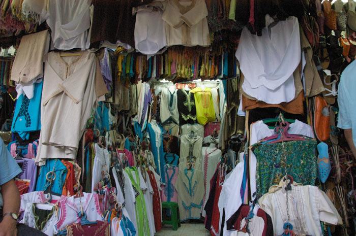 Zdjęcia sklepu z tradycyjnymi Marokańskimi ubraniami na suku w medynie w Marrakeszu