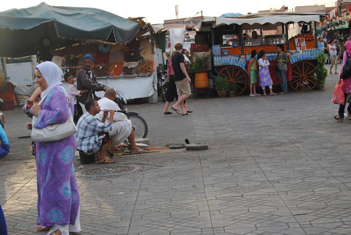 Zdjęcie zaklinaczy węży na Dżemaa el-Fna głównym placu w Marakeszu